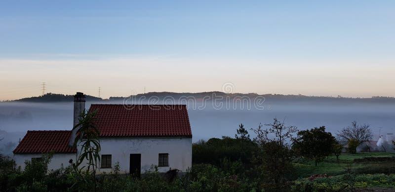 Туман в долине в деревне Португалии стоковые фото