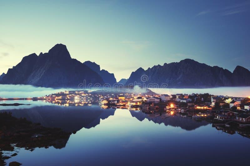 Туман в деревне Reine времени захода солнца, островах Lofoten стоковые изображения rf