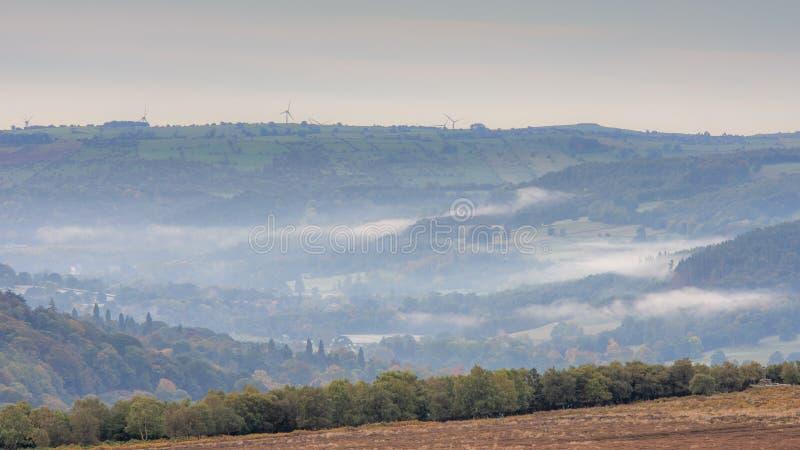 Туман в пиковых долинах района стоковые изображения