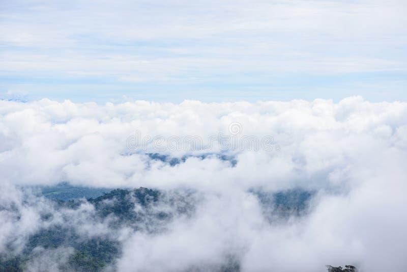 Туман горы сценарный на thongphaphum стоковое изображение rf
