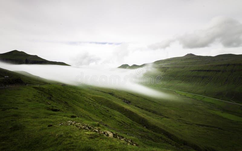 Туман лежа на горах Фарерские острова, Дания, Европа выдержка длиной стоковые фотографии rf