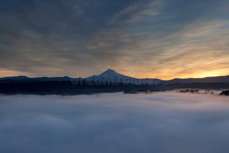 Туман завальцовки над клобуком держателя и Sandy River Valley Орегоном США стоковые изображения