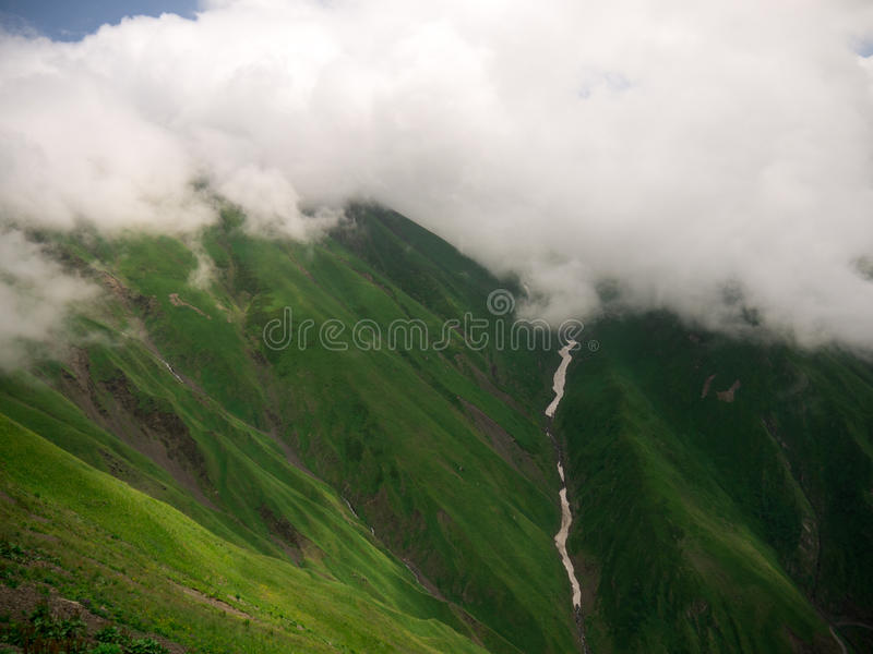 туман и облако в горе стоковое изображение rf