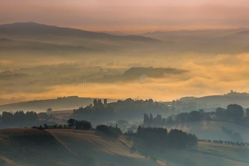 Туман над холмами Тосканы, Италия утра стоковые изображения