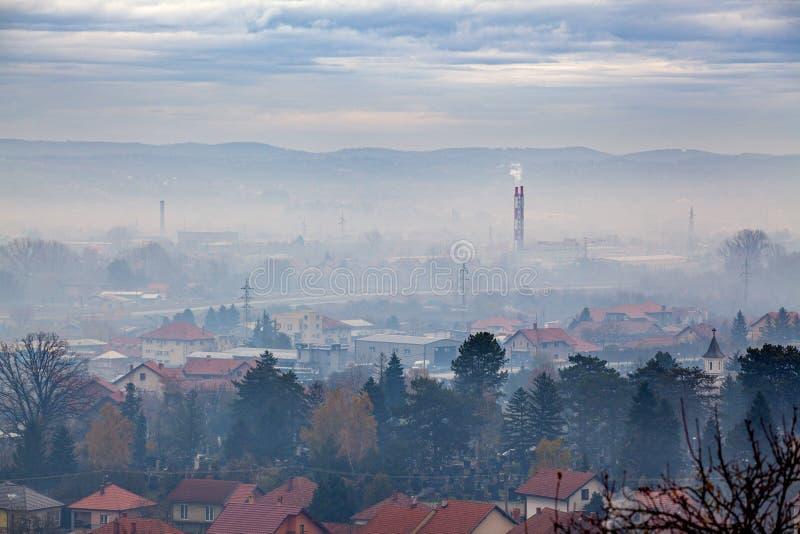 Туман, смог и дым в загрязнении воздуха - Вальево, Западная Сербия, Европа стоковое изображение rf