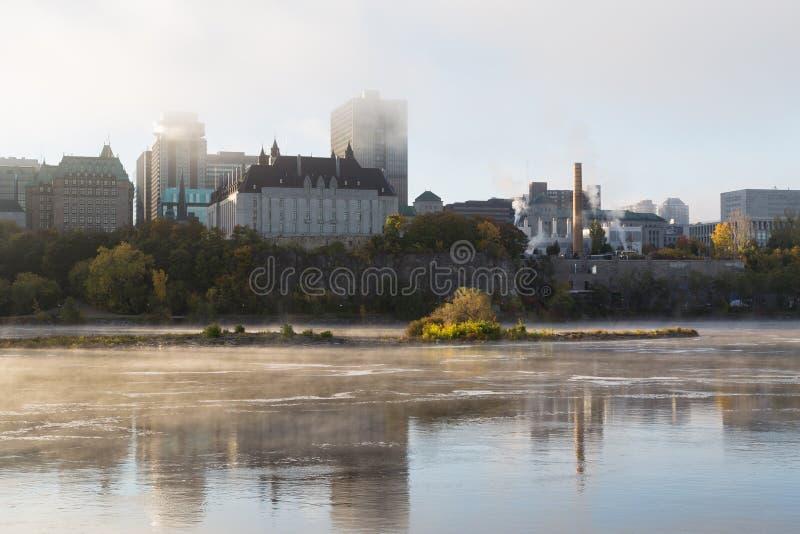 Туман утра на реке Оттавы стоковое изображение rf
