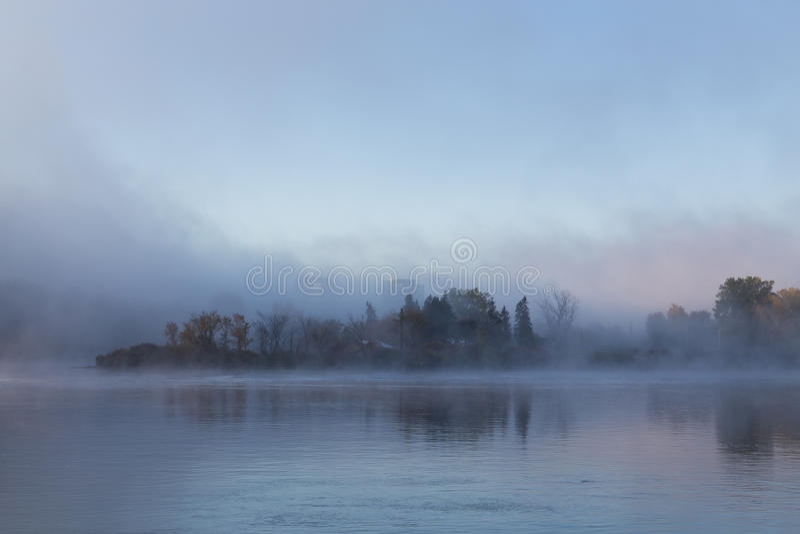 Туман утра на реке Оттавы стоковые изображения rf