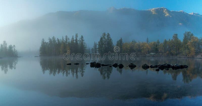 Туман утра на реке Zhombolok стоковые изображения rf