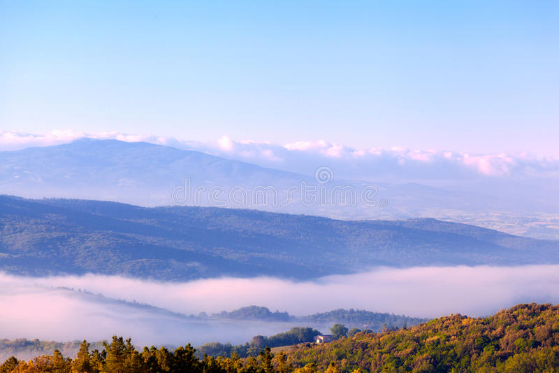 Туман утра над холмами стоковая фотография rf