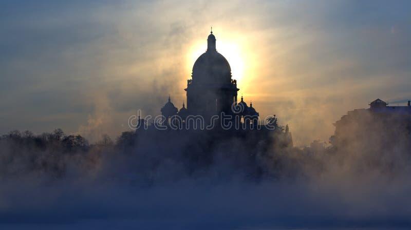туман isaac s собора стоковая фотография rf