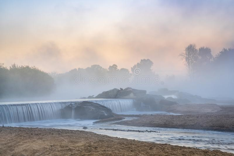 Туман Mornig над запрудой диверсии реки стоковые фотографии rf