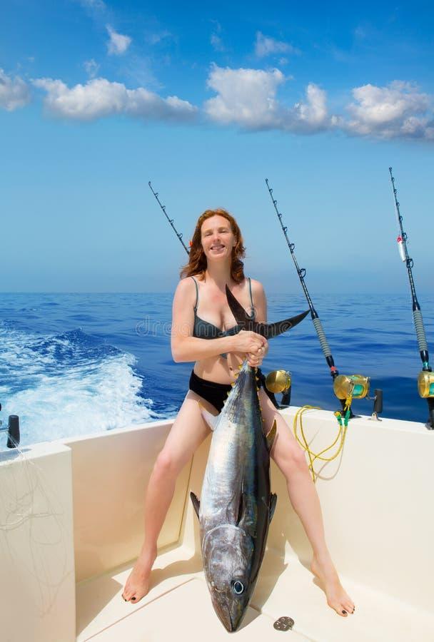 Туна bluefin удерживания женщины fisher Бикини на шлюпке стоковые фотографии rf