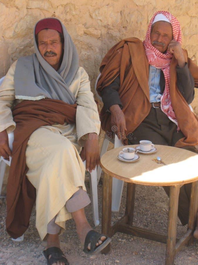Тунисские люди выпивая кофе стоковое фото rf