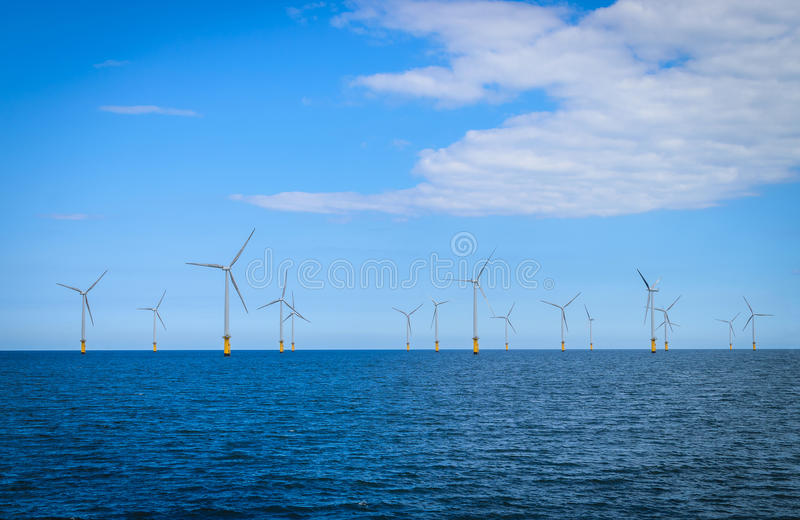 Турбина ветера с суши в Windfarm под конструкцией стоковые фото
