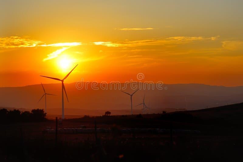 Турбина ветрогенераторов - концепция экологичности энергосберегающая стоковая фотография