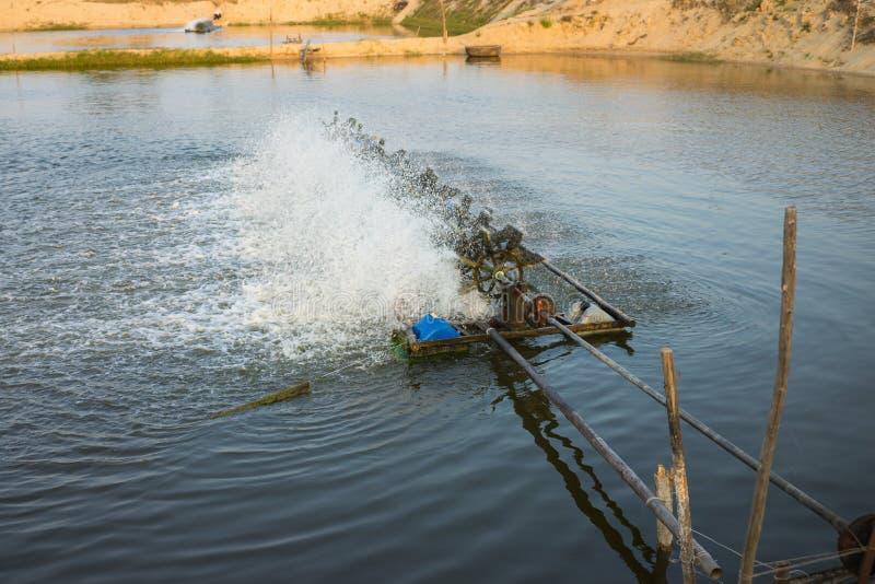 Турбины аэратора на прудах креветки, заполнить кислород в воду стоковые фотографии rf