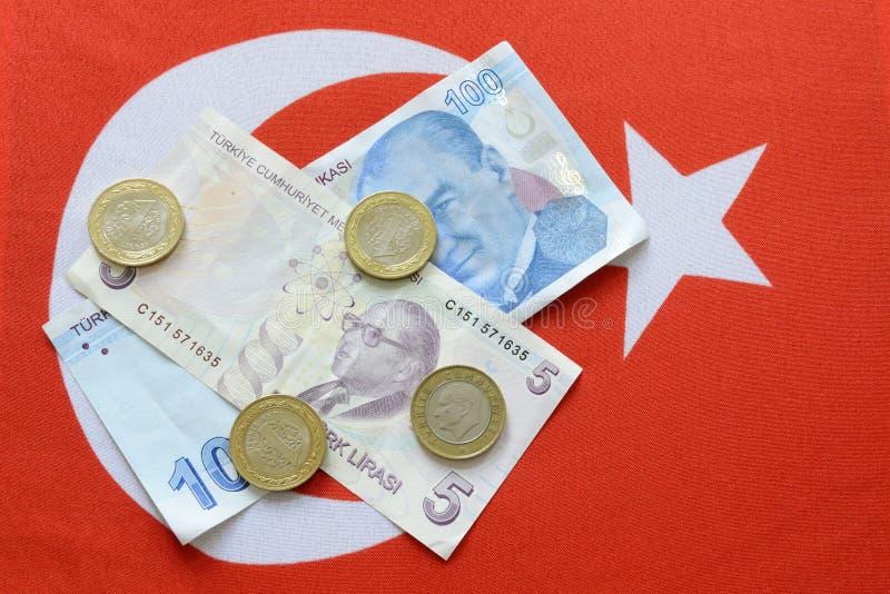 Турецкая лира национальной валюты на турецком флаге стоковые изображения