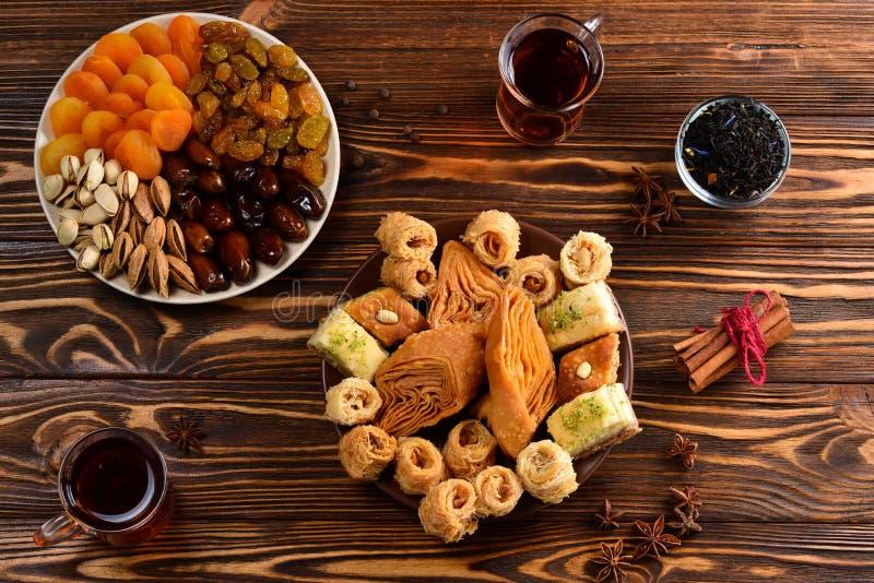 Турецкая сладостная бахлава на плите стоковое изображение