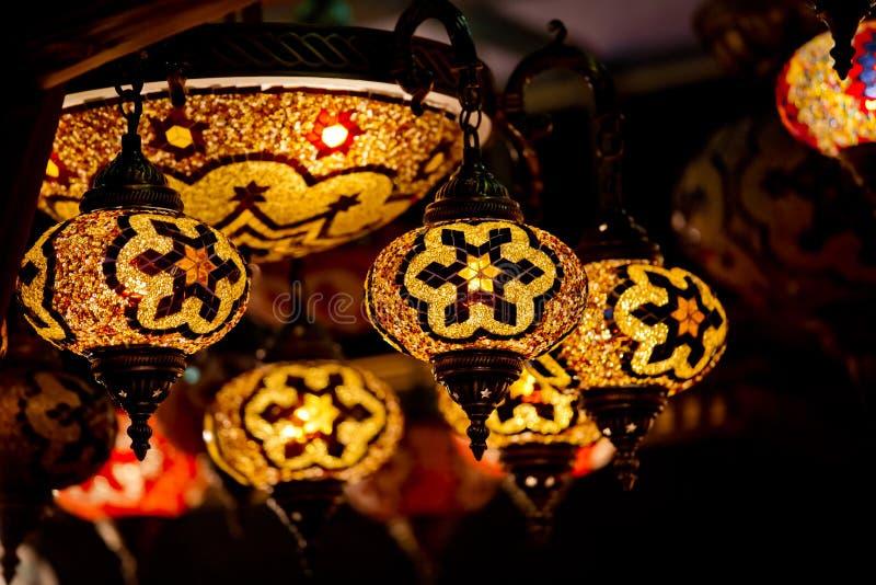 Турецкие лампы декоративных ламп на грандиозном базаре на Стамбуле, турке стоковая фотография