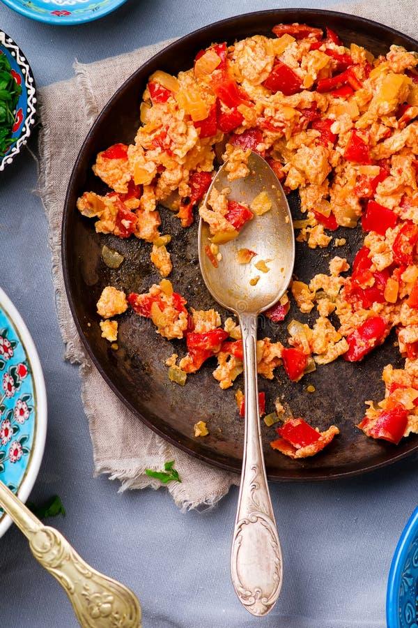 Турецкие взбитые яйца с томатами и перцами стоковые фотографии rf