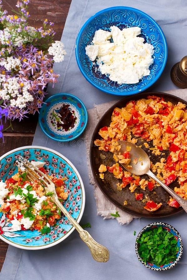Турецкие взбитые яйца с томатами и перцами стоковое фото