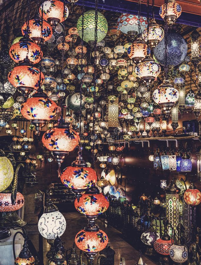 Турецкие декоративные лампы для продажи на грандиозном базаре на Стамбуле, Турции стоковое фото rf