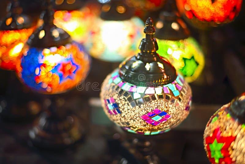 Турецкие декоративные лампы для продажи на грандиозном базаре на Стамбуле tu стоковое фото rf