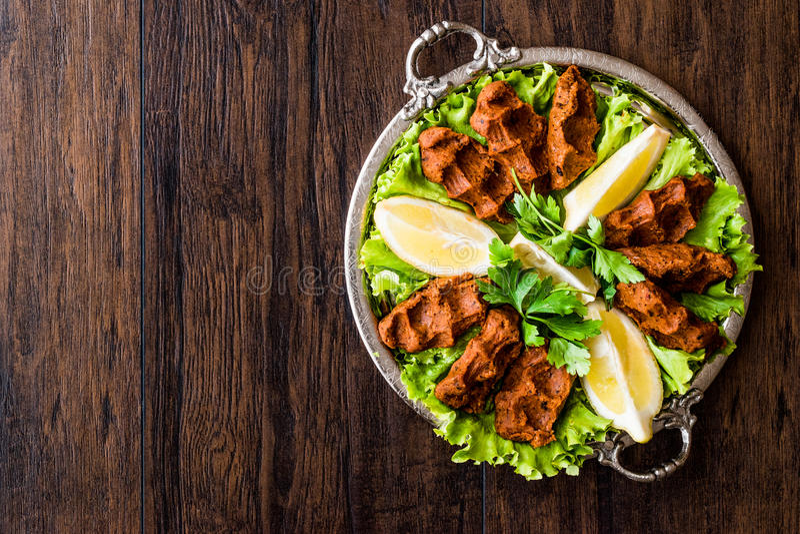 Турецкие сигареты Kofte еды с лимоном, салатом и петрушкой на серебряном подносе стоковое фото rf