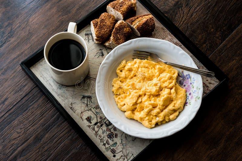Турецкий завтрак с взбитым яйцом, бейгл simit и чаем или кофе стоковые фото