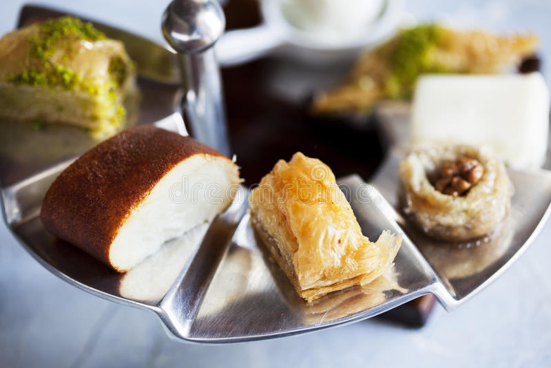 Турецкий диск десерта с здравицей на стальном подносе в ресторане стоковое фото rf