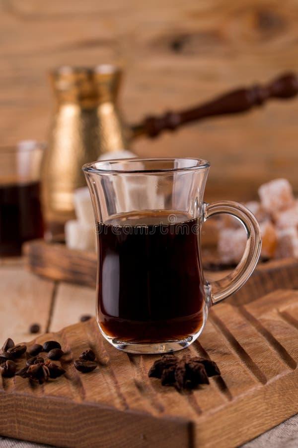 Турецкий кофе в традиционный выбитый турка металла Наслаждение турка и кофе турецкое на деревянной доске стоковое фото rf