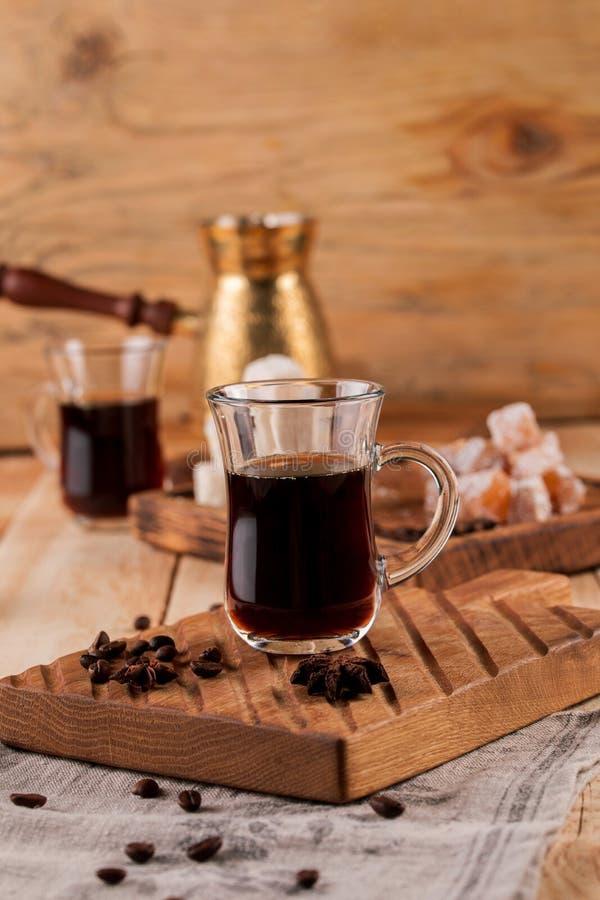Турецкий кофе в традиционный выбитый турка металла Турок приправленного кофе на таблице с салфеткой, крупным планом стоковые изображения rf