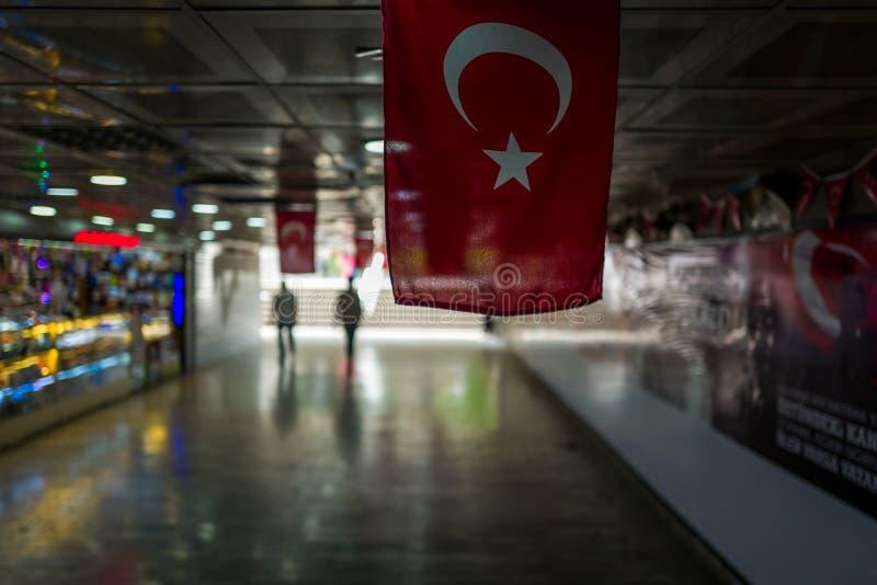 Турецкий флаг в проходе aunderground в Стамбуле, Турции стоковая фотография