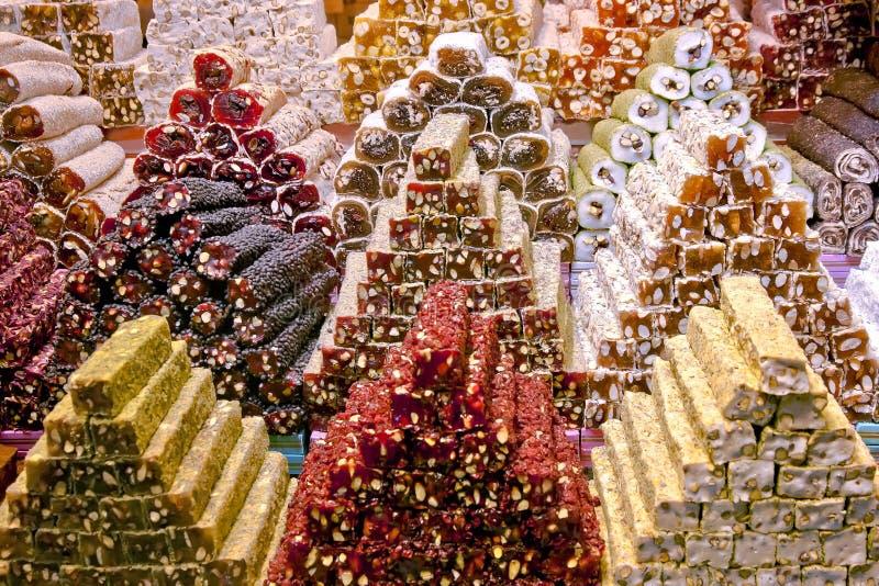 Турецкое наслаждение на базаре Стамбуле специи стоковые фотографии rf