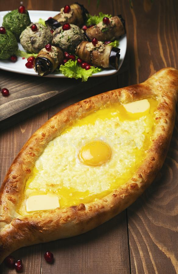 Турецкое pide пиццы с сыром и яйцом стоковые изображения