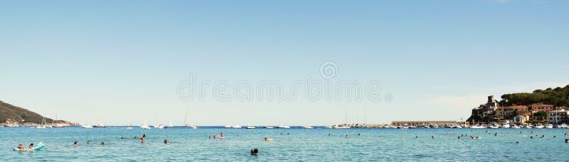 Туризм в волнах, в Тоскане, в острове Эльбы, Италия стоковые фотографии rf