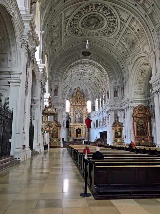 Туризм в Мюнхене, Германии - интерьерах церков стоковые изображения