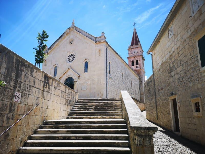Туризм В Хорватии / Остров Брак / Церковь В Постире стоковая фотография rf