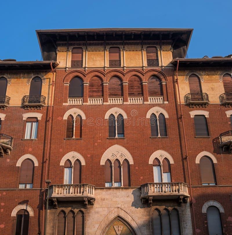 Турин, Италия - 18-ое октября 2018: Красивый и уникальный дом на улице города Верхняя часть фасада Стены красны стоковая фотография rf