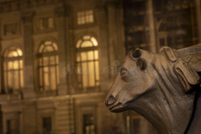 Турин, Пьемонт, Италия: взгляд ночи детали быка главной в подвале уличного фонаря с в предпосылкой Palazzo Madama внутри стоковая фотография rf