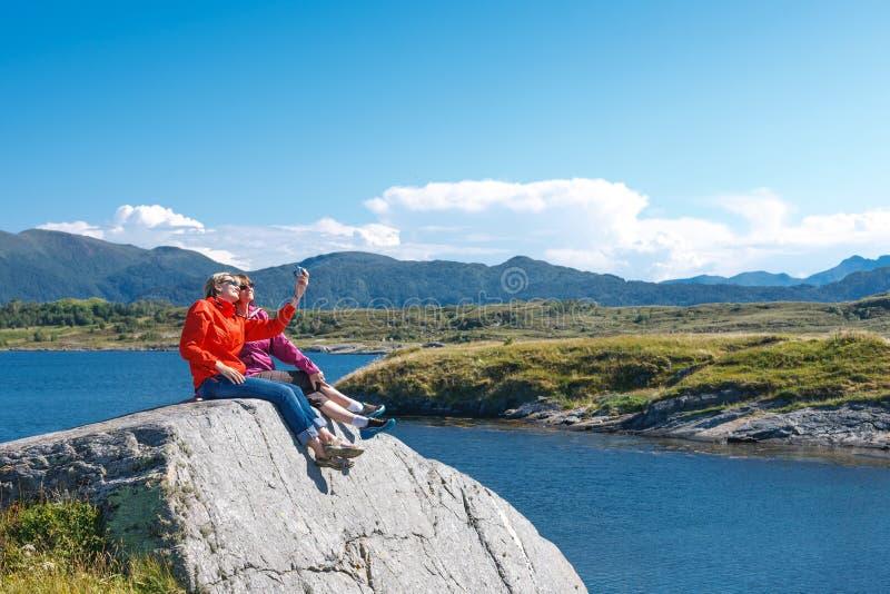 2 туриста женщин принимая фото себя стоковая фотография rf
