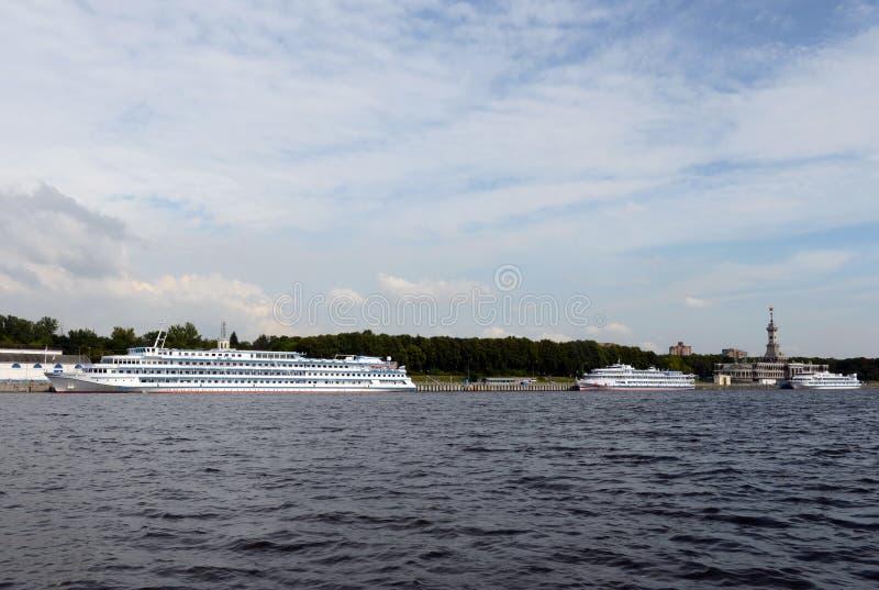 Туристические судна причалены на северной станции реки на резервуаре Khimki в Москве стоковое изображение rf