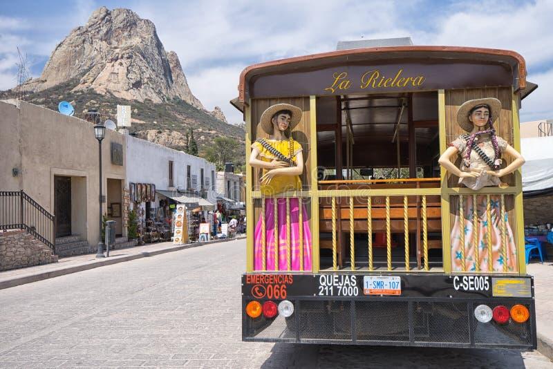 Туристический автобус в городке Bernal мексиканськом колониальном стоковое изображение rf