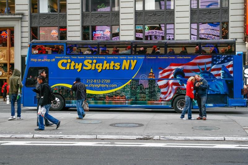 Туристический автобус в Таймс площадь Нью-Йорке стоковые изображения