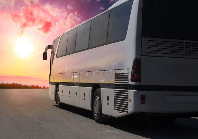 туристический автобус двигая вдоль шоссе стоковые фото