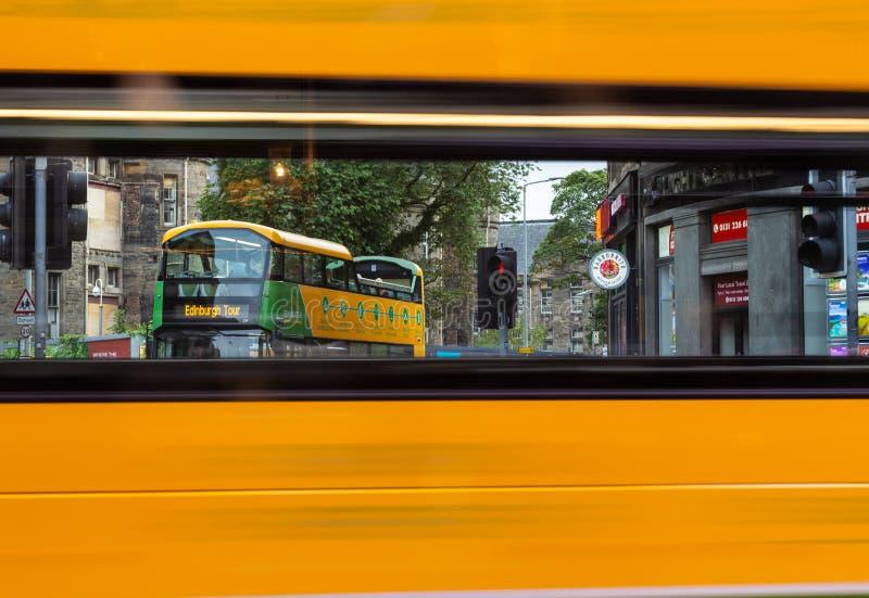 Туристический автобус Эдинбурга увиденный через окно шины Эдинбурга по мере того как она проходит мимо стоковое фото rf