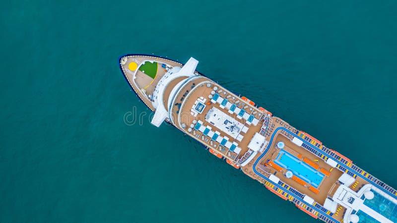 Туристическое судно вида с воздуха большое на море, vess туристического судна пассажира стоковая фотография rf