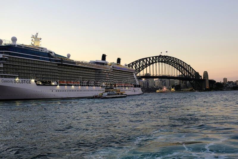 Туристическое судно в круговой набережной, и мост гавани Сиднея, на сумраке, Австралия стоковые фотографии rf