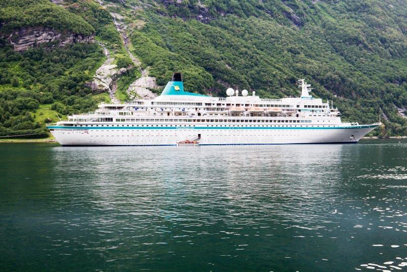 Туристическое судно в Geirangerfjord в Норвегии стоковые фотографии rf