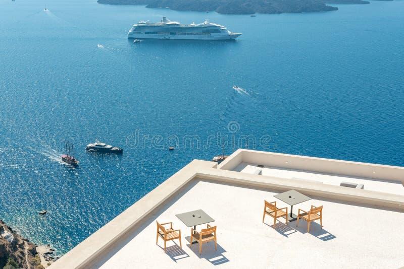 Туристическое судно и шлюпки близко к острову Santorini Греция стоковое фото